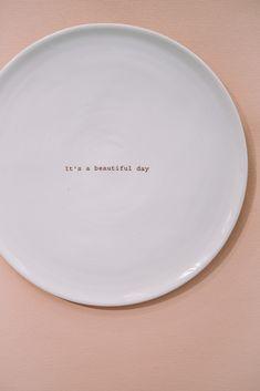 """""""ja! es wird ein wunderschöner Tag! Unser Hochzeitstag"""" Serviere doch deiner Liebsten den Kuchen auf einen Porzellanteller mit Botschaft!? Simple Living, Pie Dish, Beautiful Day, Plates, Dishes, Tableware, Prints, Marriage Anniversary, Tumblers"""