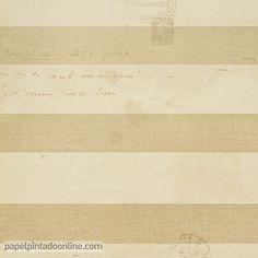 Papel Pintado Paris RS70105 de rayas horizontales en beige oscuro y claro y escritos encima del diseño en escritura manual, todos los elementos juegan con diferentes tonos y sombras, aportando efecto de papel antiguo o desgastado.