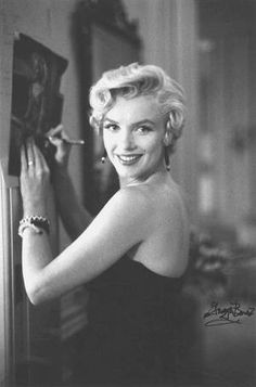1954 / by Sam SHAW and George BARRIS / Marilyn partit à New York pour le tournage de « Seven year itch », par le vol de 21 heures. A son arrivée à Idlewild Airport (actuellement John KENNEDY Airport), le jeudi 9, à 8h15, elle dut se soumettre à plusieurs interviews, puis déjeuner avec les gens des magazines et enfin donner une conférence de presse au St Regis Hotel, à laquelle assistèrent entre autre le compositeur Irving BERLIN (qui avait composé les chansons de « There's no business lik...