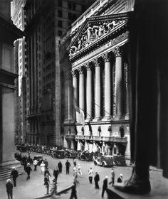 Bourse de New York 1933 Berenice Abbott Épreuve gélatino argentique, 24 x 19 cm. Ronald Kurtz / Commerce Graphics. © Berenice Abbott / Commerce Graphics Ltd, Inc.