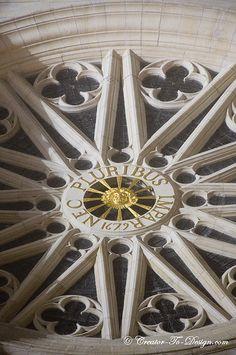 """La rosace de la cathédrale d'Orléans avec la devise de LOuis XIV : """"Nec pluribus impar""""."""