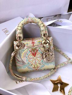 Cute Handbags, Purses And Handbags, Handbag Accessories, Jewelry Accessories, Estilo Hippy, Luxury Flowers, Designer Bags, Birkin, Acrylic Nails
