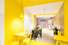 Pico's Grill Restaurant by PPT Interiorismo. Grill Design, Cafe Design, Store Design, Small Restaurant Design, Grill Restaurant, Yellow Interior, Interior And Exterior, Interior Design, Chicken Store