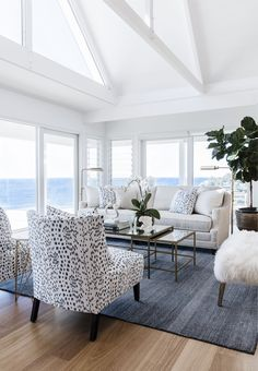 Light and airy. Greenery (nature). Contrast in color (white/navy). #luxurylivingrooms