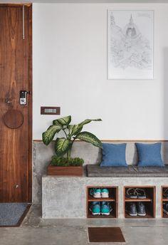 Ahmedabad Architect Malay Doshi's Rustic Modern Home Has No Walls Interior Design Blogs, Interior Flat, Indian Interior Design, Apartment Interior Design, Interior Decorating, Home Entrance Decor, Apartment Entrance, Decoration Entree, Appartement Design