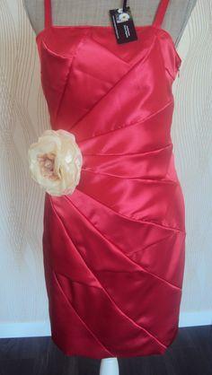 vestido artesanal com multi-cortes e encaixes.