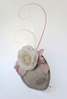 tocado con una flor de seda y poco mas Sinamay Hats, Fascinators, Headdress, Headpiece, Kentucky Derby Race, African Hats, Tapas, Church Hats, Headbands
