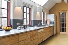 Grijze Tadelakt als spatwand in de keuken