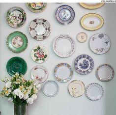 Quer montar uma parede cheia de memórias? A chef de cozinha Heloisa Bacellar reuniu pratos e travessas de diferentes épocas, estilos, tamanhos e cores e os exibiu na sala de jantar.