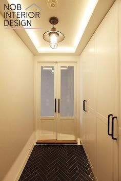 [인천인테리어]편안한 휴식 공간 :헤링본으로 꾸민 30평대 아파트 인테리어 (현관) House Entrance, Entrance Hall, Hallway Decorating, Interior Design Living Room, Design Bedroom, Glass Door, Home Projects, Interior Architecture, Sweet Home