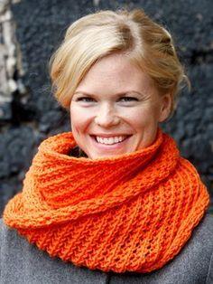 Free pattern in Dutch: Loop sjaal met kantpatroon - Novita 7 Veljestä Knitting Yarn, Knitting Patterns, Crochet Patterns, Diy Crochet, Crochet Hats, Lace Scarf, Chantilly Lace, Lace Collar, Crochet Fashion