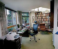 writer's space - Google Search David Lodge, Writers Desk, Writers Write, Writing Offices, Writing Studio, Room Of One's Own, Big Desk, Home Libraries, Study Space