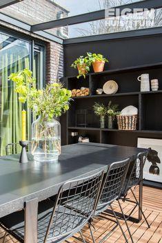 Een boekenkast is niet alleen leuk in huis, het is juist ook mooi in de tuin Outdoor Seating, Outdoor Decor, Inside Outside, House Extensions, New Homes, Backyard, House Design, Inspiration, Home Decor
