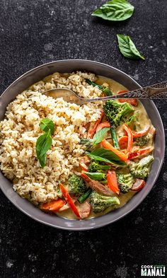 Vegan Dinners: Easy Vegan Thai Green Curry gets done in 30 minutes! Packed with fresh veggies and so much flavors, it's the perfect meal to whip up on busy days. Curry Recipes, Veggie Recipes, Whole Food Recipes, Vegetarian Recipes, Dinner Recipes, Healthy Recipes, Vegan Meals, Veggie Dinners, Ramen Recipes