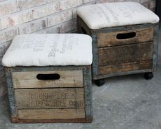 Milk Crate Ottoman - I went to an auction a couple weeks ago and picked up two old milk crates, and thought about turning them into ottomans. It was pretty simp… Milk Crate Bench, Milk Crate Furniture, Milk Crate Storage, Crate Seats, Milk Crates, Wooden Crates, Crate Shelves, Furniture Storage, Vintage Crates