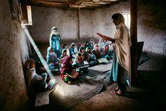 Escola para meninas. Peshawar, Paquistão.  Fotografia: Steve McCurry.