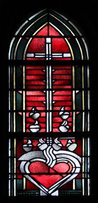 Glasmalerei Symbole der christlichen Tugenden: Herz - Liebe. Wilhelm Schmitz-Steinkrüger, 1952 Fenster in der Kapelle, Antikglas/Blei/Schwarzlot