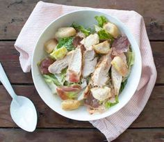 Caesar salade met kip; een frisse (maaltijd)salade met een zelfgemaakte saus. Een lichte maaltijd waar je geen spijt van gaat krijgen. Ook lekker als lunch.