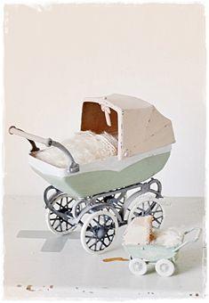 kleine vintage  poppenwagentjes