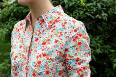 Cute cute blouse to sew! Cute Blouses, How To Make Clothes, Floral Blouse, Button Down Shirt, Men Casual, Shirt Dress, Sewing, Mens Tops, Shirts