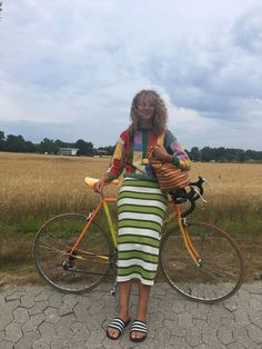 Young woman stands beside her bike in a rural area. Looks Style, Looks Cool, Style Me, Summer Girls, Mode Outfits, Fashion Outfits, Trendy Outfits, Style Fashion, Outfits