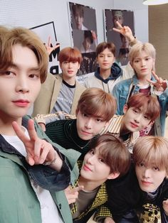 "t Live : The MUGI-BOX🌟 ""NCT Behind the scenes 📷 Energy rich - Johnny Dumbbell rich - Taeil Gag rich - Yuta Love rich - Winwin Word rich - Doyoung Hair rich -. Taeyong, Nct 127, Johnny Seo, Nct Johnny, Mark Lee, Winwin, Jaehyun, Nct Dream, K Pop"