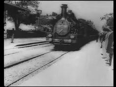 """28 Dezembro 1895, sala Eden, em Lyon, França. """"Arrivé d'um train em gare à La Ciotat"""", é o primeiro filme a ser exibido para um público. Produção dos irmãos Lumiére, Louis e August."""