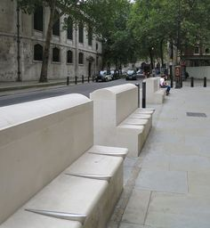 Divided seating outside London's Royal Courts of Justice, so homeless people can't lie down on them. Urban Furniture, Street Furniture, Furniture Design, Funny City, Social Control, New Urbanism, Nachhaltiges Design, Concrete Bench, London Apartment