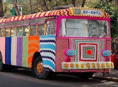 (by Pen Nee Chok) In the creative world, you have definitely heard of guerilla advertising.what about guerilla knitting? Guerilla Knitting, also known as Yarn bombing, graffiti. Yarn Bombing, Art Au Crochet, Knit Crochet, Knit Art, Free Crochet, Guerilla Knitting, Extreme Knitting, Guerrilla, Textile Artists