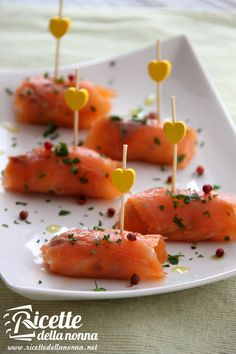 Involtini di salmone Appetizer Buffet, Appetizer Recipes, Snack Recipes, Cooking Recipes, Entree Festive, Tapas, Appetisers, Fish Recipes, Finger Foods