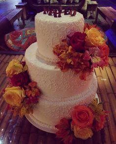 Bolo de casamento. Esse bolo é todo fake e com flores de verdade...lindo, né?