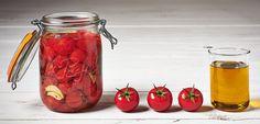 Laver les petites tomates, les mettredans les bocaux en intercalant quelques gousses d'ail et aromates. Saler, poivrer (prendre au minimum des bocaux d'un litre pour une quantité raisonnable car en stérilisant les tomates se tassent un peu). Verser un peu d'huile d'olive de manière à ce qu'il y en ait environ 1 cm1/2 au fond du bocal. Fermer et procéder au traitement thermique s...