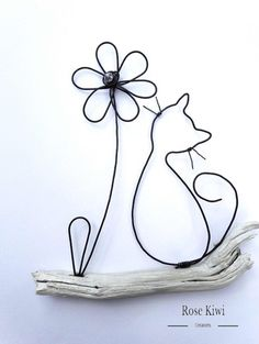 The cat and flower. Wire annealing and natural wood wall hanging. Original idea for a Christmas gift. Wire Crafts, Metal Crafts, Diy And Crafts, Arts And Crafts, Wire Wrapped Jewelry, Wire Jewelry, Sculptures Sur Fil, Wire Art Sculpture, Wire Flowers