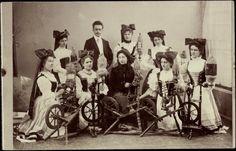 Foto Ak Schwarzwald, Frauen an Spinnrädern in Landestrachten, 1906
