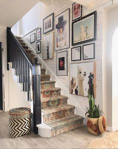 ideas home art gallery wall stairs Staircase Wall Decor, Stair Art, Stair Walls, Stair Decor, Staircase Design, Staircase Ideas, Stairway Wall Art, Wooden Staircase Railing, Stair Landing Decor