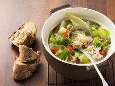 Minestrone nach Schweizer Art ist ein Rezept mit frischen Zutaten aus der Kategorie Gemüsesuppe. Probieren Sie dieses und weitere Rezepte von EAT SMARTER!
