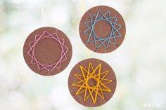 Wickeltaler aus gestanztem Wellkarton zum Wickeln von sternähnlichen symmetrischen Mustern, z.B. mit Wolle, Bast und Kordeln aller Art.  Auch so eine einfache Technik wie das Fadenwickeln erfordert Konzentration. Die Wickeltechnik ist ideal, um erste Erfahrungen mit den Gesetzen der Symmetrie zu machen. Einfach schön - überall dort, wo man etwas aufhängen kann.