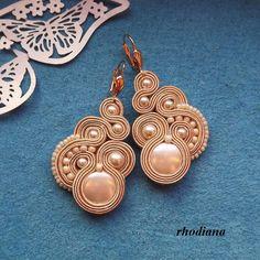 Cream Soutache Earrings by RhodianaSoutache on Etsy Fabric Jewelry, Boho Jewelry, Wedding Jewelry, Jewelery, Handmade Necklaces, Handmade Jewelry, Soutache Necklace, Quilling Designs, Polymer Clay Charms