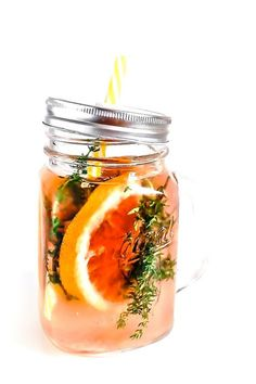 Fruit aromatic water recipe with pink grapefruit and thyme - Acqua aromatizzata al pompelmo rosa e timo
