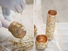 O glitter é um artefato curinga para esses trabalhinhos; em frascos e jarros de vidro, você pode decorá-los com tinta spray dourada e finalizar com o pozinho brilhante para dar um up na decoração - foto: Apple Brides