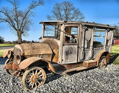 Nothing is immune from the ravages of rust. This old hearse is decaying like those it carried to graveyards so many times. Abandoned Cars, Abandoned Buildings, Abandoned Places, Abandoned Vehicles, Vintage Cars, Antique Cars, Automobile, Flower Car, Rusty Cars