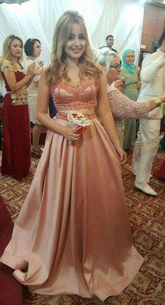 Site Mode, Mode Hijab, Muslim Women, Designer Dresses, Fashion Dresses, Couture, Formal Dresses, How To Wear, Wedding