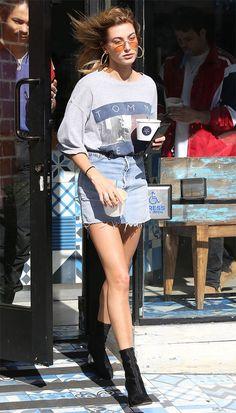 Hailey Baldwin com mini saia compondo uma produção sexy.