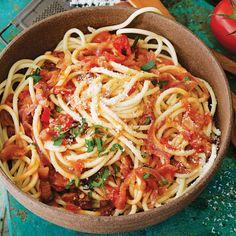 Μια αυθεντική ιταλική μακαρονάδα που θα σας ξετρελάνει ? κουζινα › αφιερώματα || ELLE Spaghetti, Pasta, Cooking, Ethnic Recipes, Kitchen, Food, Greek Recipes, Kitchens, Essen