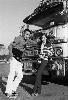 菅原文太さん(左)とマドンナ役のあべ静江さん=長崎県の長崎港(1975年12月03日撮影)