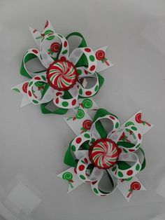 "I have a ""pin"" on my board in ""Little Girl Projects"" that tells you how to make this bow using bottle caps. I love the ribbon in this picture and wanted to ""pin"" it. Ribbon Hair Bows, Diy Hair Bows, Diy Bow, Ribbon Barrettes, Bottle Cap Crafts, Bottle Caps, Christmas Hair Bows, Christmas Candy, Making Hair Bows"