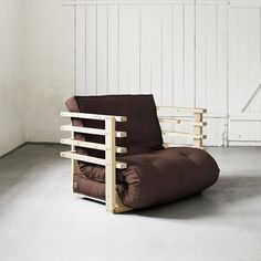 La poltrona Funk di Karup e' una soluzione perfetta dove sedersi o riposare. Dotata di un'elegante struttura in legno, permette di passare da una funzione all'altra con grande facilita'. Insieme al divano coordinato forma una soluzione completa per l'arredo del salotto. Include un materasso 80x190 cm.