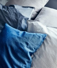 Layer cushions and bedding in shades of blue to create a calm and cosy sleep space. Find more ideas for when guests come to stay at Side Table With Storage, Table Storage, Built In Storage, Bed In Living Room, Small Living Rooms, Living Spaces, Guest Bedrooms, Guest Room, Open Plan Apartment