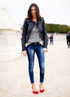 Make a modern Look with jeans and red shoes outfit, so many people do not dare to pick red shoes and jeans fr their outfits, may be because they not feel comfy or they do not know that jeans and re… Parisienne Chic, Mode Outfits, Fall Outfits, Casual Outfits, Travel Outfits, Jeans Skinny, Cuffed Jeans, Jeans Heels, Shoes Heels