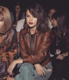 She look so damn cool. Selena Gomez Fashion, Selena Gomez Outfits, Selena Gomez Pictures, Selena Gomez Style, Selena Gomez Short Hair, Do It Yourself Fashion, Corte Y Color, Vetement Fashion, Marie Gomez